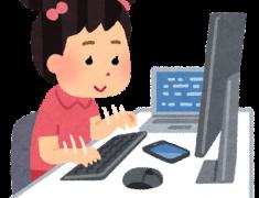 パソコンに向かっている女の子のイラスト